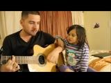 Папа и четырехлетняя дочка поют дуэтом